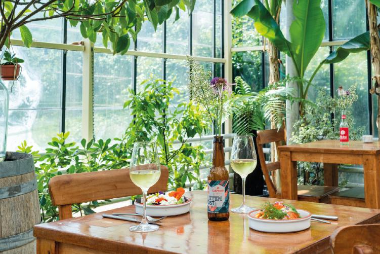 Eet tussen het groen in het Kasrestaurant - Buitenpost